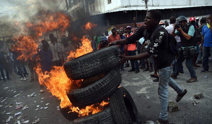 Haïti-Manifestation: Barricades et Pneus enflammés devant le ministère de l'Économie et des Finances