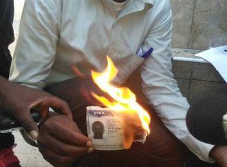 Un Haïtien brûle son visa américain