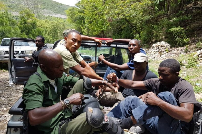 Des agents de la PNH arrêtent huit militaires usurpateurs