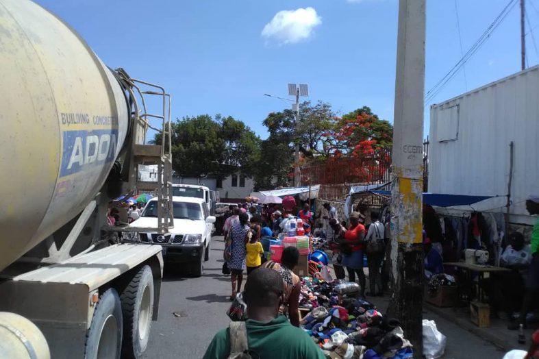 À Pétion-ville, les odeurs d'urine, de poulets et d'ordures empuantissent les rues
