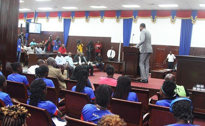 Le parlement épouse le football féminin