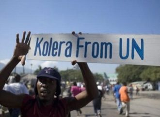 Des victimes du choléra attendent le discours de Jovenel Moïse devant l'Assemblée générale de l'ONU