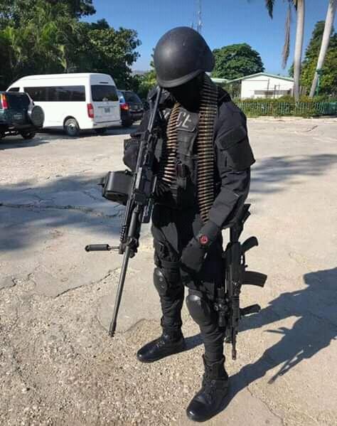 Des Uniformes De Police Et Armes Feu Remarqus Pour La Premire Fois Par Michel Ange Gdon