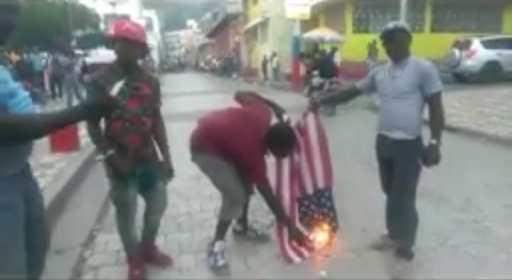 Cap-Haïtien: Encore un autre drapeau américain brûlé par des manifestants