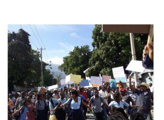 Des enseignants et élèves manifestent, réclament la reprise des activités scolaires