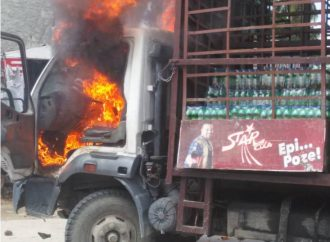 Un camion de boissons gazeuses pillé, incendié lors des funérailles des militants