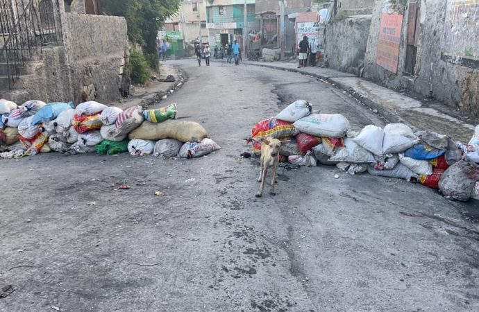 Au Bel-Air, les barricades demeurent, des civils armés montent la garde