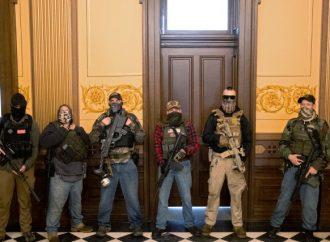 Des hommes armés manifestent dans le Capitole du Michigan contre le confinement