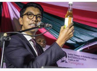 Le président du Madagascar présente son remède contre le coronavirus