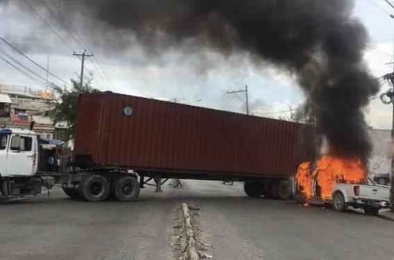 Les policiers membres de «Fantom 509» dans les rues, plusieurs véhicules incendiés